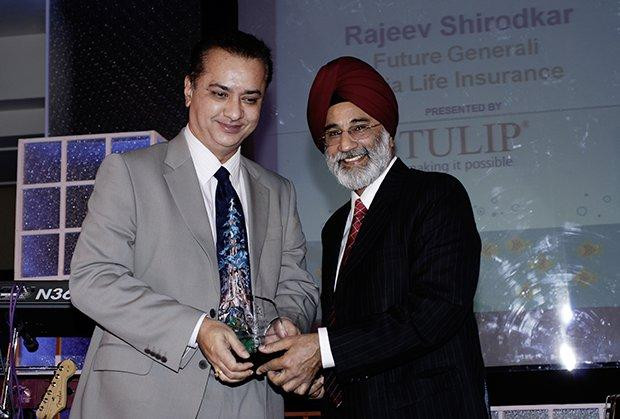 Infrastructure: Person, CIO of Future Generali Life Insurance receives the CIO100 Special Award for 2009 from H.S. Bedi, Chairman and MD, Tulip Telecom