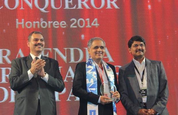 Cloud Conqueror: Rajendra Deshpande, CIO-SGS of Serco Global Services receives the CIO100 Special Award for 2014 from Anil Valluri, President India & SAARC, NetApp