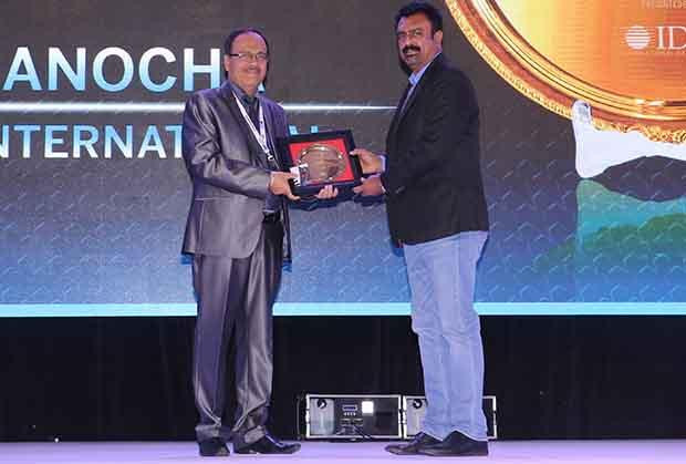 Hall of Fame: Ajit Manocha, Associate VP and CIO at Syngene International receives the CIO100 Special Award for 2017 from Leo Joseph, Senior Director-Enterprise Sales and Solutions, Hewlett Packard