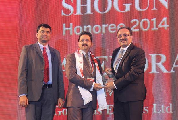 Sourcing Shogun: Yatendra Kumar, Head-IT, Gokaldas Exports receives the CIO100 Special Award for 2014 from Alok Bharadwaj, Executive VP, Canon India
