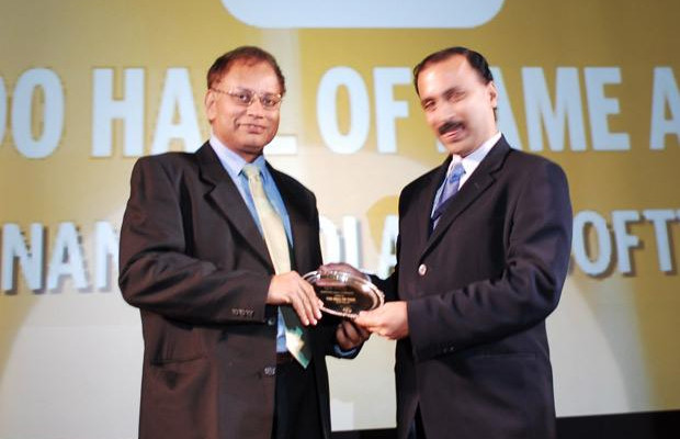 Hall of Fame: V. Balakrishnan, CIO of Polaris Financial Technology receives the CIO100 Special Award for 2010 from Prakash Krishnamoorthy, Country Manager, StorageWorks Division, Hewlett-Packard India