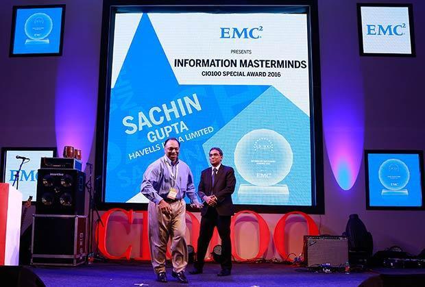 Information Mastermind: Sachin Gupta, Senior VP and CIO of Havells India receives the CIO100 Special Award for 2016 from Anil Zachariah, Senior Director, Customer Services of EMC