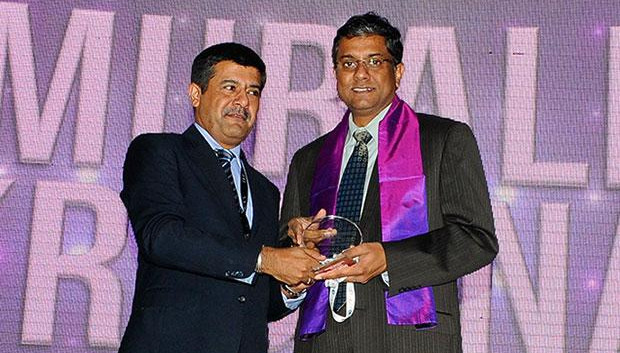 Information Mastermind: Muralikrishna K, Sr. VP Group Head-Computer, Infosys receives the CIO100 Special Award for 2012 from Rajesh Janey, President-India and SAARC, EMC