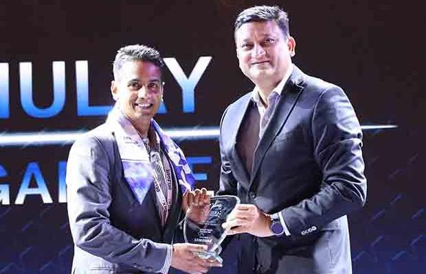 Mobility Maven: Kshitij Mulay, India CIO, Procter & Gamble receives the CIO100 Special Award for 2017 from Sukesh Jain, VP, Samsung.