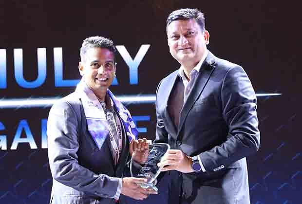 Mobility Maven: Kshitij Mulay, India CIO, Procter & Gamble receives the CIO100 Special Award for 2017 from Sukesh Jain, VP, Samsung.
