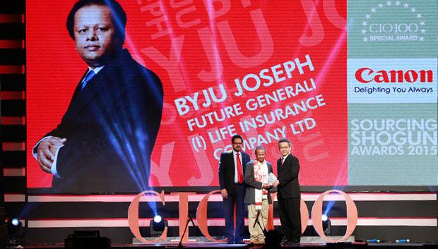 Sourcing Shogun: Byju Joseph, VP-IT, Future Generali India Life Insurance receives the CIO100 Special Award for 2015 from Kevin Kobayashi, President and CEO, Canon