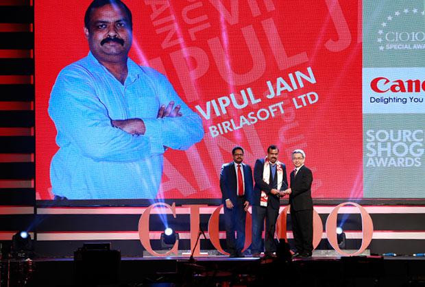 Sourcing Shogun: Vipul Jain, AVP HEAD-IT, Birlasoft receives the CIO100 Special Award for 2015 from Kevin Kobayashi, President and CEO, Canon