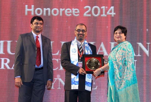Hall of Fame: Muralidharan Ramachandran, CIO, Syntel International receives the CIO100 Special Award for 2014 from Neelam Dhawan, MD, HP India