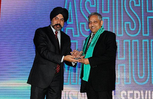 Networking Pioneer: Ashish Mathur, CIO of WNS Global Services receives the CIO100 Special Award for 2012 from Ravi Chauhan, MD, India and SAARC, Juniper Networks