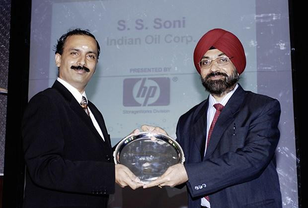 Hall of Fame: Swaranjit S Soni, CIO at Indian Oil Corporation (IOCL) receives the CIO100 Special Award for 2009 from Prakash Krishnamoorthy, Country Head, HP StorageWorks