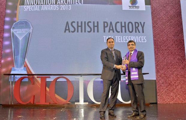 Innovation Architect: Ashish Pachory, CIO of Tata Teleservices receives the CIO100 Special Award for 2013 from Anand Sankaran, Senior VP and Business Head, Wipro