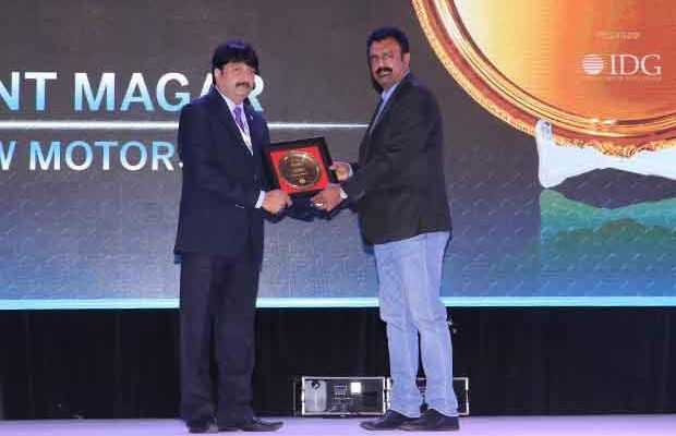 Hall of Fame: Jayant Magar, VP-IT and Group CIO of AMW Motors receives the CIO100 Special Award for 2017 from Leo Joseph, Senior Director-Enterprise Sales and Solutions, Hewlett Packard