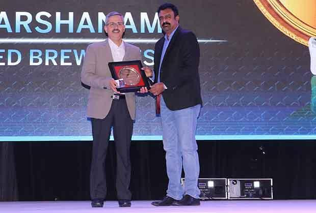 Hall of Fame: S Ramakrishnan, Divisional VP-IT at United Breweries receives the CIO100 Special Award for 2017 from Leo Joseph, Senior Director-Enterprise Sales and Solutions, Hewlett Packard