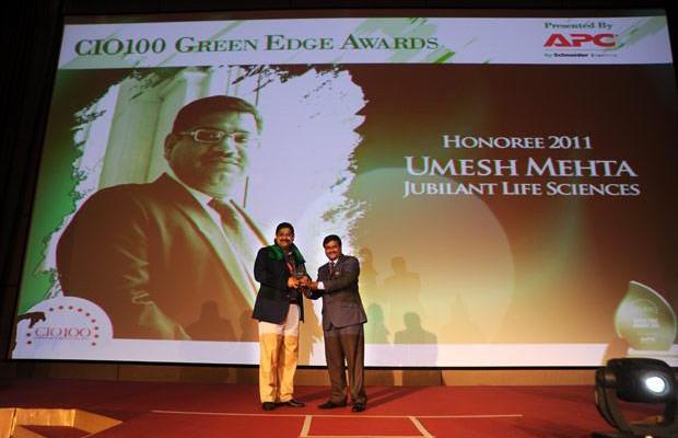 Green Edge: Umesh Mehta, CIO-India of Jubilant Life Sciences receives the CIO100 Special Award for 2011 from Shrinivas Chebbi, Country GM and VP, APC by Schneider Electric