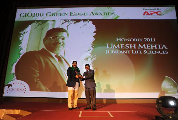 Green Edge: Umesh Mehta, CIO-India of Jubilant Life Sciences receives the CIO100 Special Award for 2011 from Shrinivas Chebbi, Country GM and VP, APC by Schneider Electric