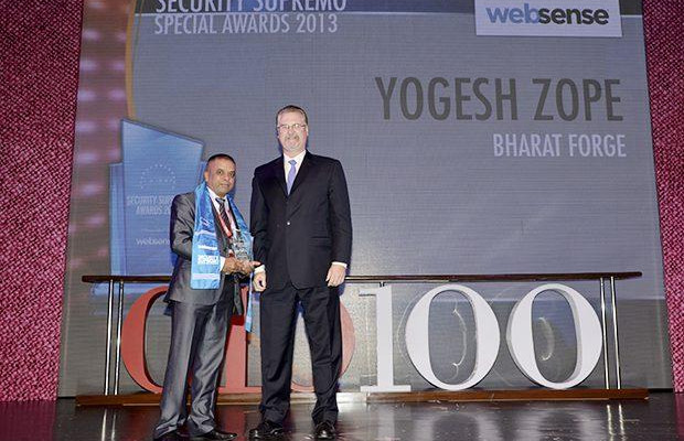 Security Supremo: Yogesh Zope, Group CIO, Bharat Forge receives the CIO100 Special Award for 2013 from John McCormack, CEO, Websense.