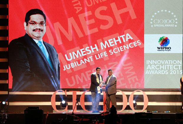 Innovation Architect: Umesh Mehta, CIO-India of Jubilant Life Sciences receives the CIO100 Special Award for 2015 from Achuthan Nair, Senior VP and COO, Wipro Infotech