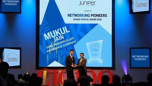 Cloud Conqueror: Mukesh Kumar Jain, Group CIO of Reliance Capital receives the CIO100 Special Award for 2015 from Ramanujan Komanduri, Director Sales, NetApp India
