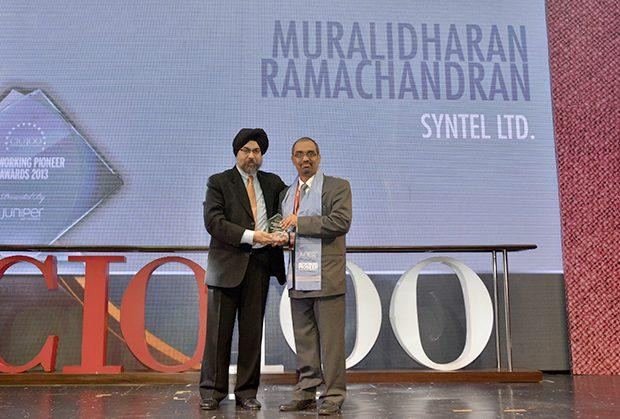 Networking Pioneer: Muralidharan Ramachandran, CIO, Syntel International receives the CIO100 Special Award for 2013 from Ravi Chauhan, MD, India and SAARC, Juniper Networks