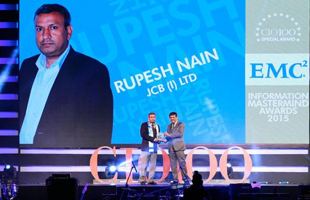 Information Mastermind: Rupesh Nain, CIO of JCB India receives the CIO100 Special Award for 2015 from Rajesh Janey, President-India and SAARC, EMC