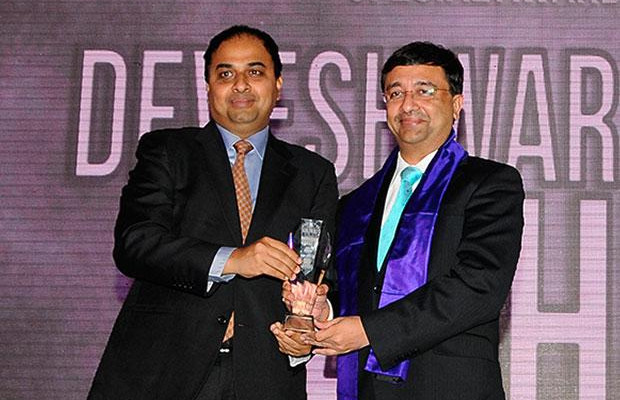 Innovation Architect: Devesh Mathur, COO India, HSBC receives the CIO100 Special Award for 2012 from Anand Sankaran, Senior VP and Business Head, Wipro