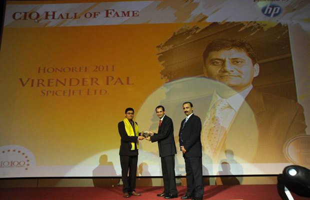 Hall of Fame: Virender Pal, CTO of SpiceJet receives the CIO100 Special Award for 2011 from Prakash Krishnamoorthy, Country Manager, HP StorageWorks India.