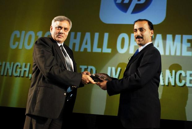 Hall of Fame: Karanbir Singh, Vice President, Reliance Infrastructure receives the CIO100 Special Award for 2010 from Prakash Krishnamoorthy, Country Manager, StorageWorks Division, Hewlett-Packard India