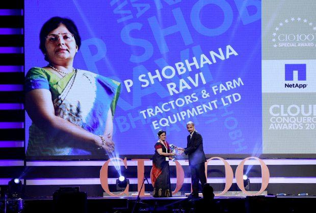 Cloud Conqueror: Shobhna Ravi, chief information and learning officer of Tractors and Farm Equipment, receives the CIO100 Special Award for 2015 from Ramanujan Komanduri, Director Sales, NetApp India