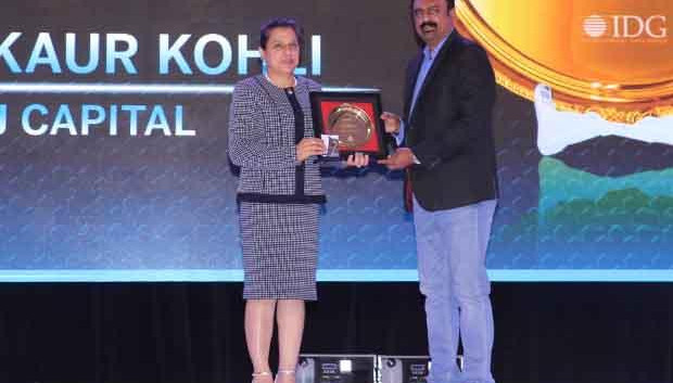 Hall of Fame: Puneet Kaur Kohli, Group Executive VP-IT Operations and Technologies of Bajaj Capital receives the CIO100 Special Award for 2017 from Leo Joseph, Senior Director-Enterprise Sales and Solutions, Hewlett Packard