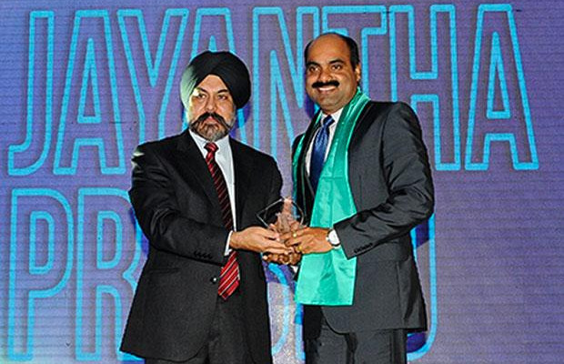 Networking Pioneer: Jayantha Prabhu, CTO, Essar Group receives the CIO100 Special Award for 2012 from Ravi Chauhan, MD, India and SAARC, Juniper Networks.