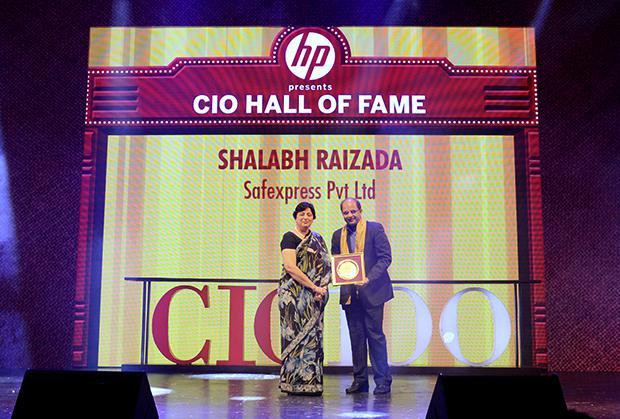 Hall of Fame: Shalabh Raizada, VP - IT of Safexpress receives the CIO100 Special Award for 2013 from Neelam Dhawan, MD, HP India