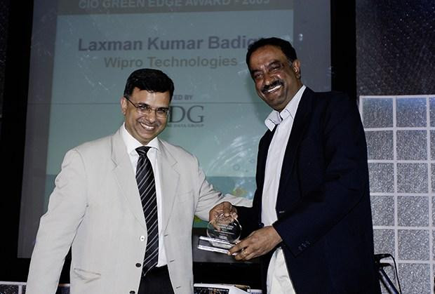 Green Edge: Laxman Badiga, CIO of Wipro Infotech receives the CIO100 Special Award for 2009 from Sudhir Sethi, Chairman & MD, IDG Ventures India