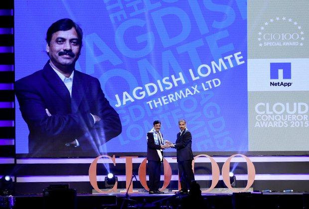 Cloud Conqueror: Jagdish Lomte, VP and CIO-BTG at Thermax receives the CIO100 Special Award for 2015 from Ramanujan Komanduri, Director Sales, NetApp India