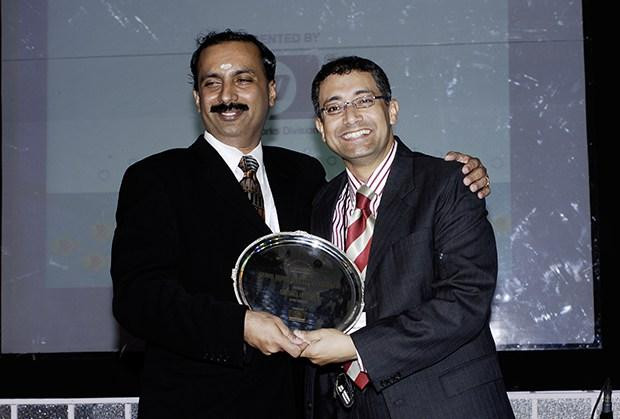 Hall of Fame: Tamal Chakravorty, Director-IT, Ericsson India receives the CIO100 Special Award for 2009 from Prakash Krishnamoorthy, Country Head, HP Storage Works
