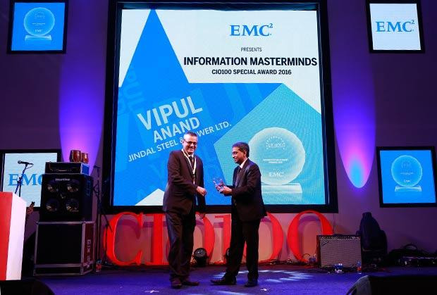 Information Mastermind: Vipul Anand, Group CIO of Jindal Steel and Power receives the CIO100 Special Award for 2016 from Anil Zachariah, Senior Director, Customer Services of EMC