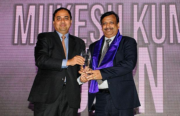 Innovation Architect: Mukesh Kumar Jain, CTO of ICICI Bank receives the CIO100 Special Award for 2012 from Anand Sankaran, Senior VP and Business Head, Wipro
