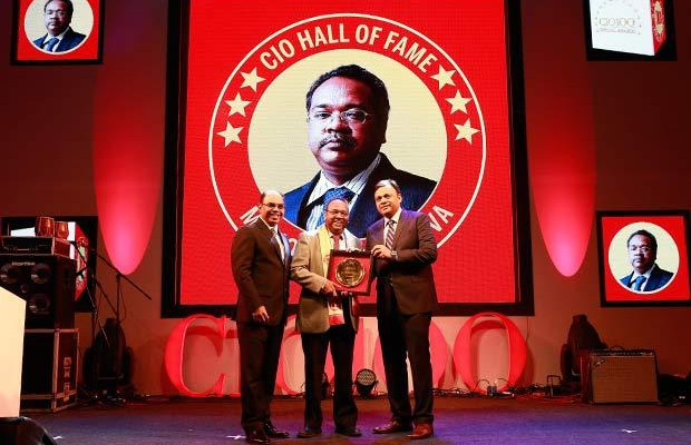 Hall of Fame: Manoj Shrivastava, Director-IT of Sistema Shyam Teleservices receives the CIO100 Special Award for 2016 from Arvind Gupta, CEO at MyGov