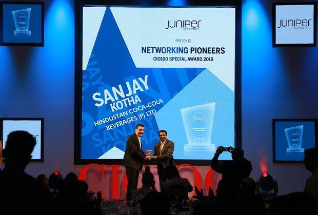 Networking Pioneer: Sanjay Kotha, Senior VP and CIO of Hindustan Coca-Cola Beverages receives the CIO100 Special Award for 2016 from Sajan Paul, CTO, Juniper Networks-India and SAARC