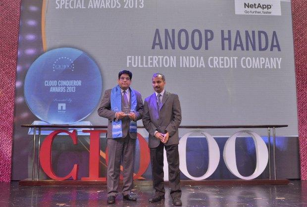 Cloud Conqueror: Anoop Handa, EVP IT of Fullerton India Credit receives the CIO100 Special Award for 2013 from Ramanujan K, Director-Enterprise Sales, NetApp