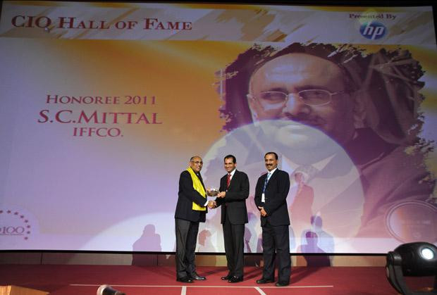 Hall of Fame: Subhash Chand Mittal, Group CTO at Indian Farmers Fertiliser Cooperative (IFFCO) receives the CIO100 Special Award for 2011 from Prakash Krishnamoorthy, Country Manager, HP StorageWorks India