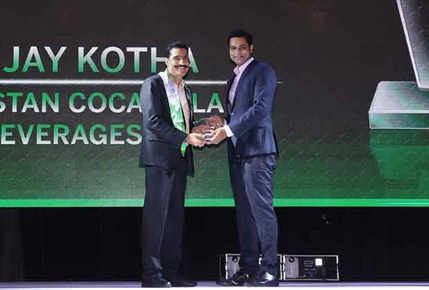 Business Transformer: Sanjay Kotha, Senior VP and CIO of Hindustan Coca-Cola Beverages receives the CIO100 Special Award for 2017 from Sridhar Pinnapureddy, Chairman and MD, CtrlS