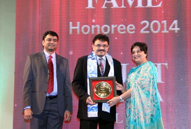 Hall of Fame: Rajat Sharma, President-IT of Atul receives the CIO100 Special Award for 2014 from Neelam Dhawan, MD, HP India