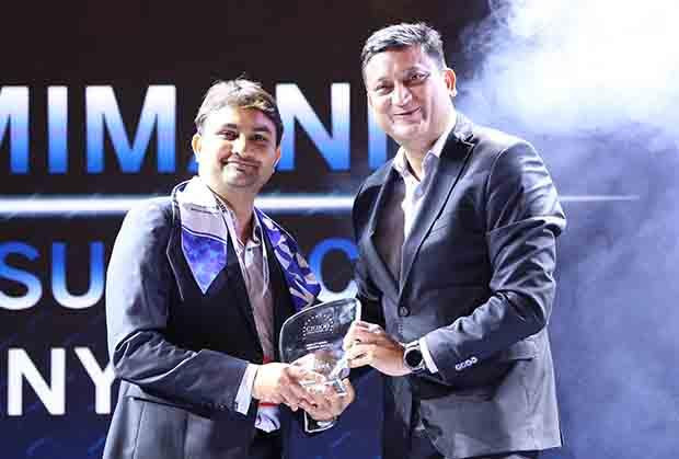 Mobility Maven: Manish Mimani, Vice President & Head - IT, Aviva Life Insurance Company receives the CIO100 Special Award for 2017 from Sukesh Jain, VP, Samsung