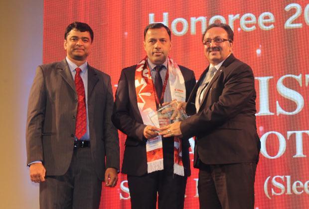 Sourcing Shogun: Pertisth Mankotia, Head - IT of Sheela Foam (Sleepwell) receives the CIO100 Special Award for 2014 from Alok Bharadwaj, Executive VP, Canon India