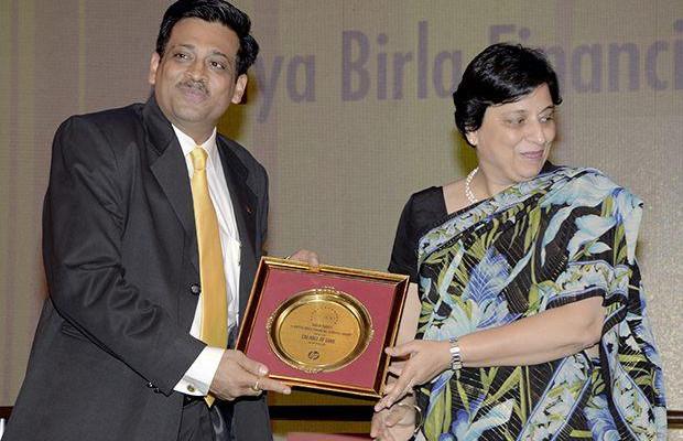 Hall of Fame: Tarun Pandey, Senior VP-IT of Aditya Birla Financial receives the CIO100 Special Award for 2013 from Neelam Dhawan, MD, HP India
