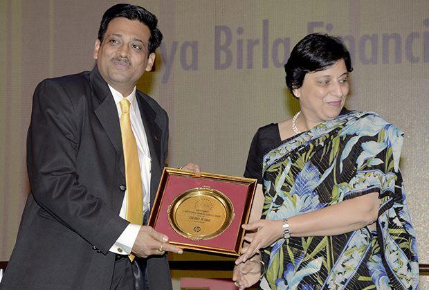 Hall of Fame: Tarun Pandey, Senior VP-IT of Aditya Birla Financial receives the CIO100 Special Award for 2013 from Neelam Dhawan, MD, HP India