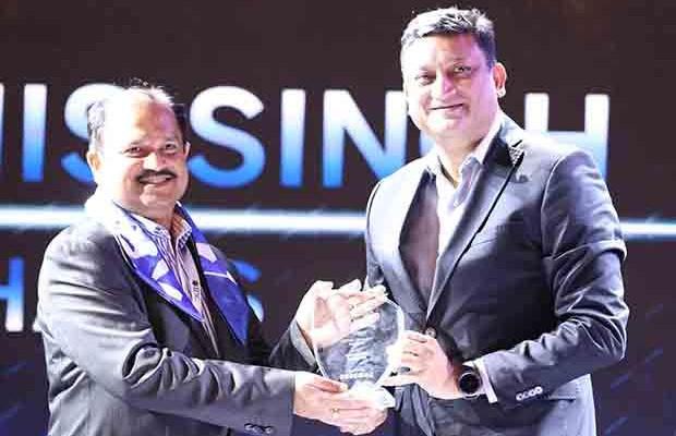 Mobility Maven: Debashis Singh, Senior VP and CIO of Mphasis receives the CIO100 Special Award for 2017 from Sukesh Jain, VP, Samsung