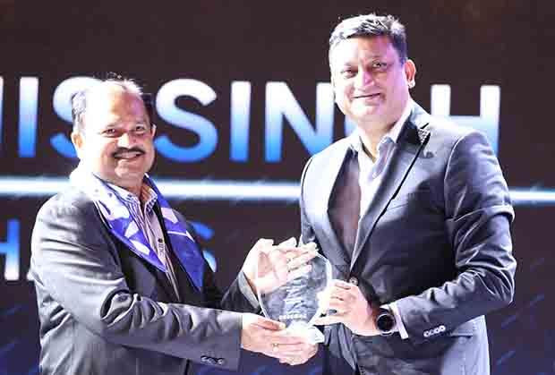 Mobility Maven: Debashis Singh, Senior VP and CIO of Mphasis receives the CIO100 Special Award for 2017 from Sukesh Jain, VP, Samsung