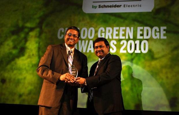 Green Edge: Muralikrishna K, Sr. VP Group Head-Computer, Infosys receives the CIO100 Special Award for 2010 from Shrinivas Chebbi, CGM and VP, India and SAARC, APC, Schneider Electric