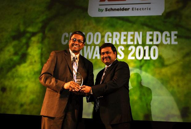 Green Edge: Muralikrishna K, Sr. VP Group Head-Computer, Infosys receives the CIO100 Special Award for 2010 from Shrinivas Chebbi, CGM and VP, India and SAARC, APC, Schneider Electric